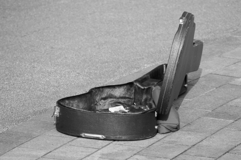 guitar_case_instrument_music_guitarist_outdoors_lifestyle_musical-814000.jpg